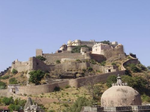 Great_view_from_below_of_kumbhalgarh_fort